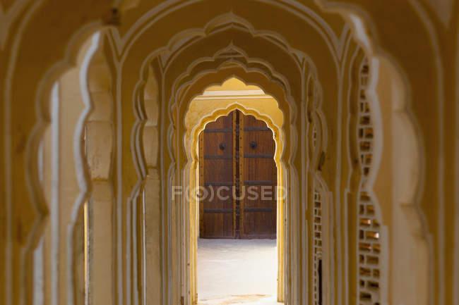 Torbogengang im antiken Tempel, Jaipur, Rajasthan, Indien — Stockfoto