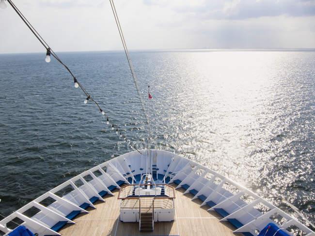 Arc de bateau de croisière sur la mer des Caraïbes avec la réflexion de lumière du soleil sur l'eau — Photo de stock