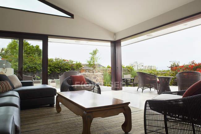 Salon moderne donnant sur patio avec jardin — Photo de stock