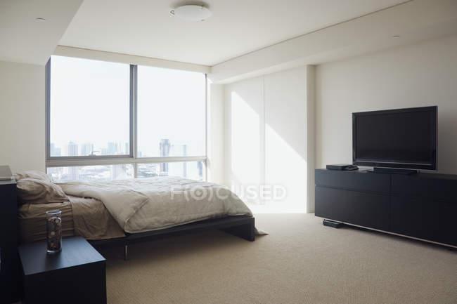 Dormitorio en el interior del apartamento de lujo de gran altura - foto de stock