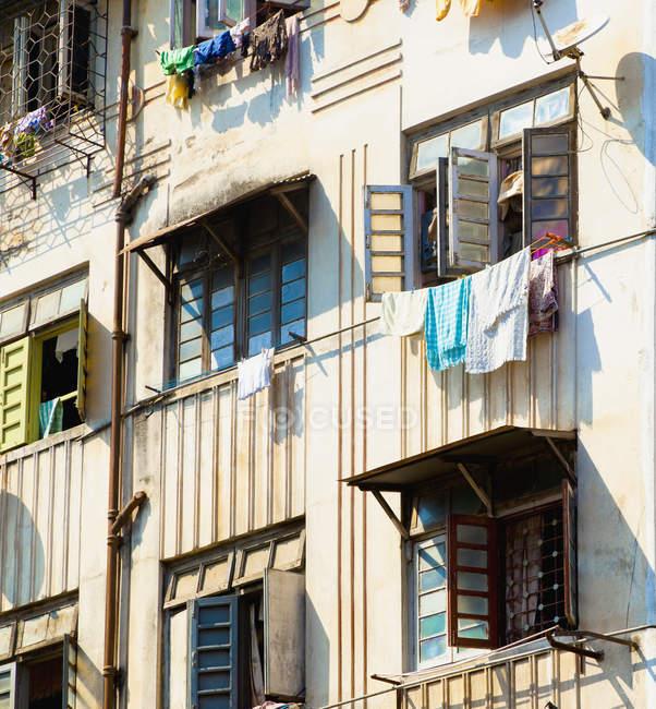 Сушка для білизни з квартирного вікна, Мумбаї, Махараштра, Індія — стокове фото
