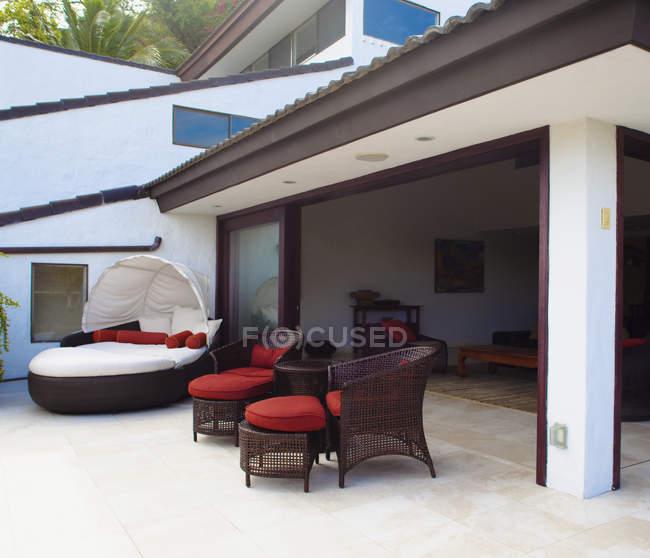 Meubles de patio de luxe dans la maison de vacances, Honolulu, Hawaï, États-Unis — Photo de stock