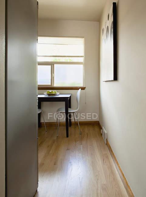 Petite table dans une pièce clairsemée à Seattle, Washington, USA — Photo de stock