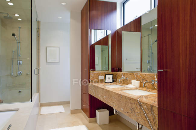 Interior de gama alta do banheiro em Seattle, Washington, EUA — Fotografia de Stock
