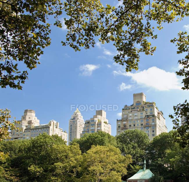 Edificios de oficinas de Central Park, Nueva York, Estados Unidos - foto de stock