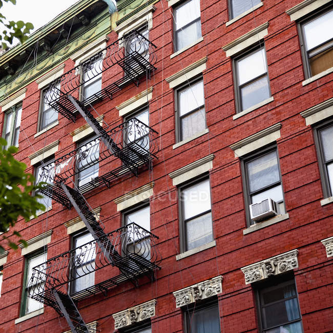 Low angle view of exterior apartments stairs and windows, New York City, New York, USA - foto de stock