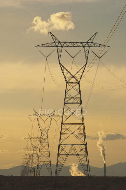 High voltage towers and power lines in Utah, USA — стокове фото