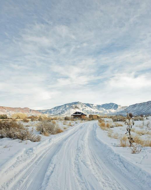 Fuga nevado que conduz à casa remota — Fotografia de Stock