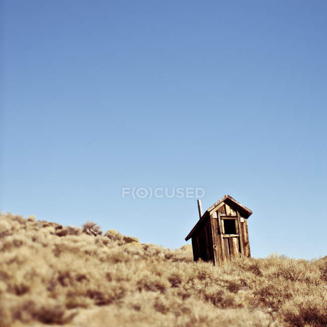 Dilapidated outhouse on hillside in California, USA — Stock Photo