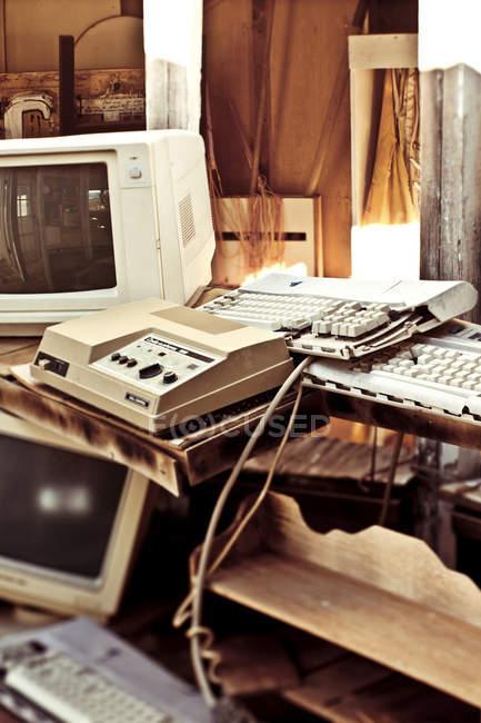 Старые компьютеры в хранилище в Джошуа Три, Калифорния, США — стоковое фото