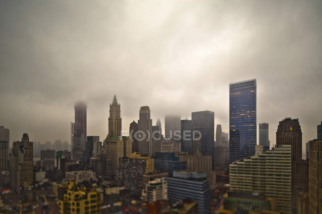 Foggy cityscape with dramatic clouds over skyscrapers of New York City, New York, USA — Fotografia de Stock