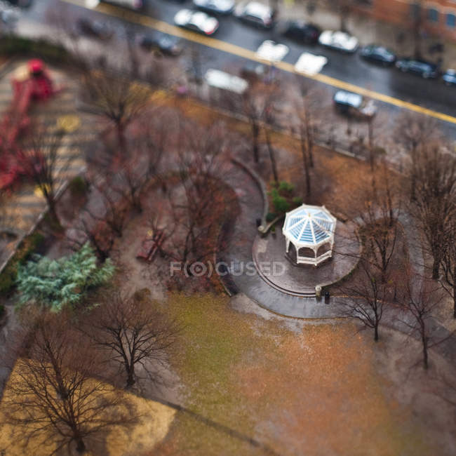 Vue d'angle élevé du gazebo urbain d'automne de parc, New York City, New York, Etats-Unis — Photo de stock
