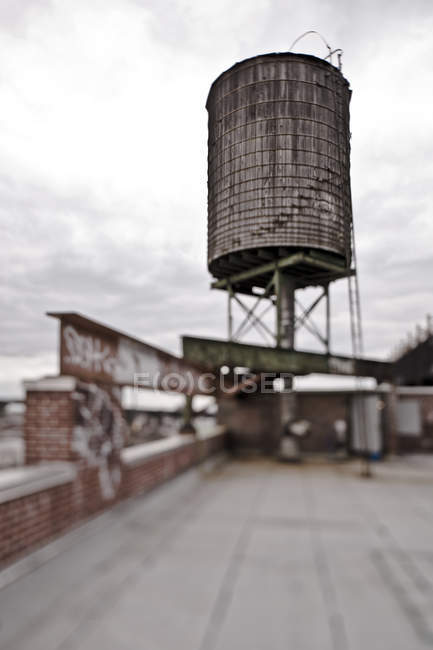Rooftop water tower in selective focus, New York City, New York, USA - foto de stock