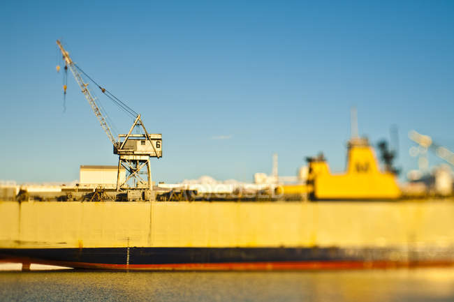 Грузовое судно в порту Догпатч, Сан-Франциско, Калифорния, США — стоковое фото