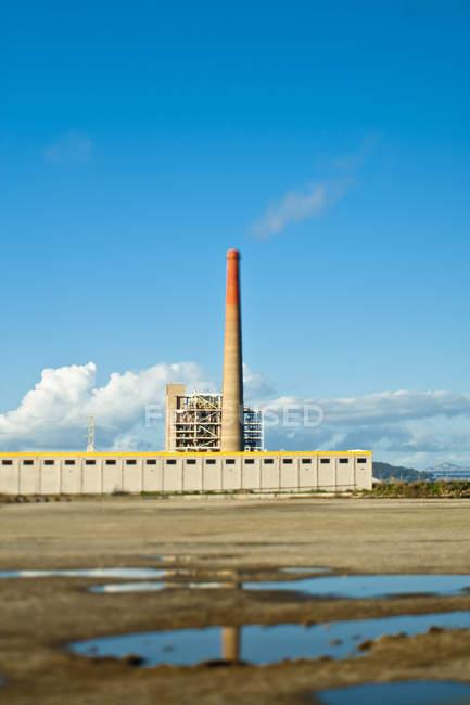 Завод с дымовой трубой в Калифорнии, США — стоковое фото