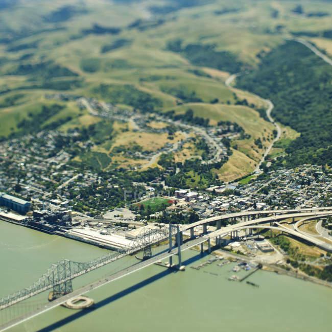 Comunidade costeira e ponte na Califórnia, EUA — Fotografia de Stock