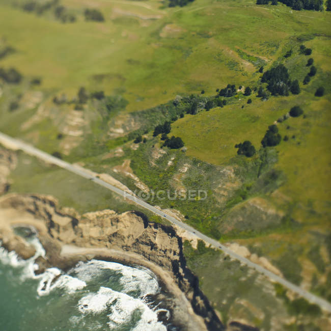 Collines et falaises côtières en San Mateo County, Californie, États-Unis — Photo de stock