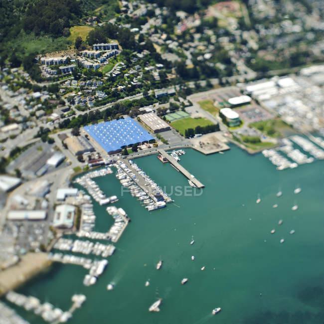 Marina y comunidad costera en California, EE.UU. - foto de stock