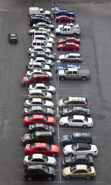 Высокоугольный вид автомобилей на парковке в Лас-Вегасе, Невада, США — стоковое фото