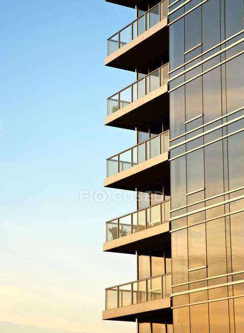 Balconies on skyscraper on blue sky, Portland, Oregon, USA — Stock Photo