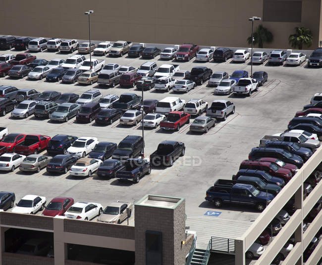 Cars parked on rooftop parking structure in Las Vegas, Nevada, USA — стоковое фото