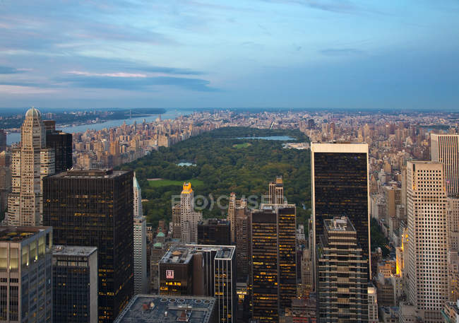 Rascacielos y Central Park en el centro de la ciudad de Nueva York, Estados Unidos - foto de stock