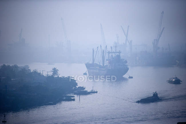 Ship on Song Sai Gon river in fog, Ho Chi Minh City, Vietnam — Stock Photo