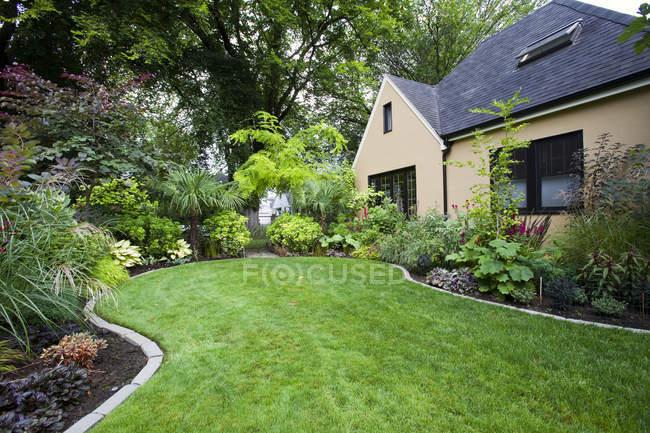 House and landscaped yard, Portland, Oregon, USA — Stock Photo
