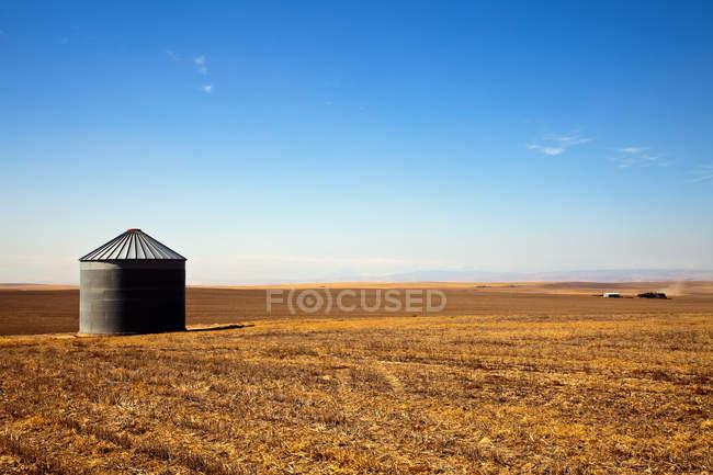 Silo da grão no campo dourado da fazenda do campo em Oregon, EUA — Fotografia de Stock