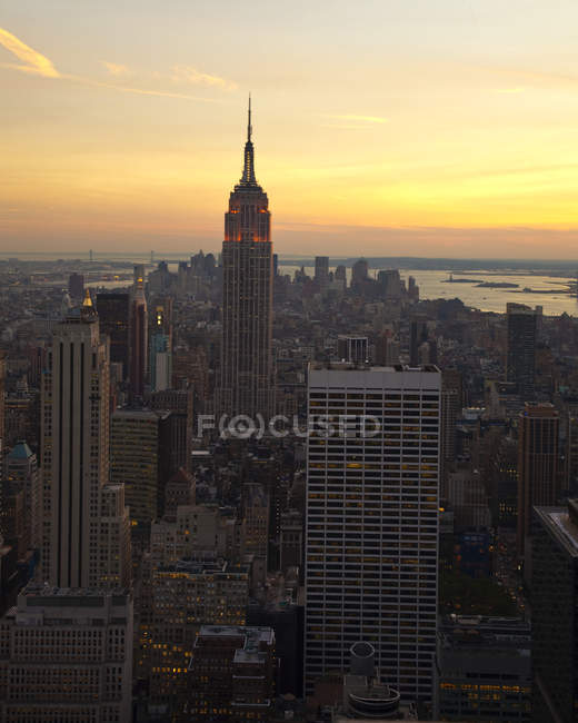 Horizonte de Manhattan con rascacielos al atardecer, Nueva York, Estados Unidos - foto de stock