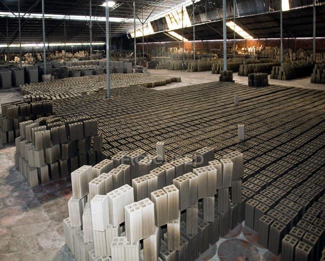 Briques séchant dans une usine de construction au Vietnam — Photo de stock