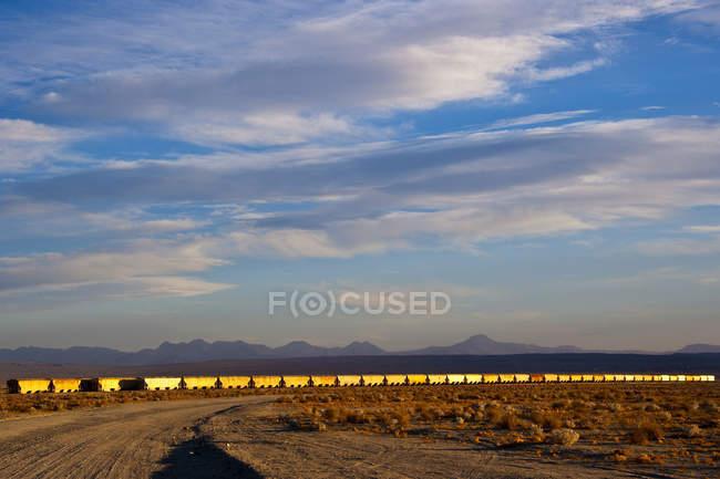 Comboios que se deslocam pelo deserto na Califórnia, EUA — Fotografia de Stock