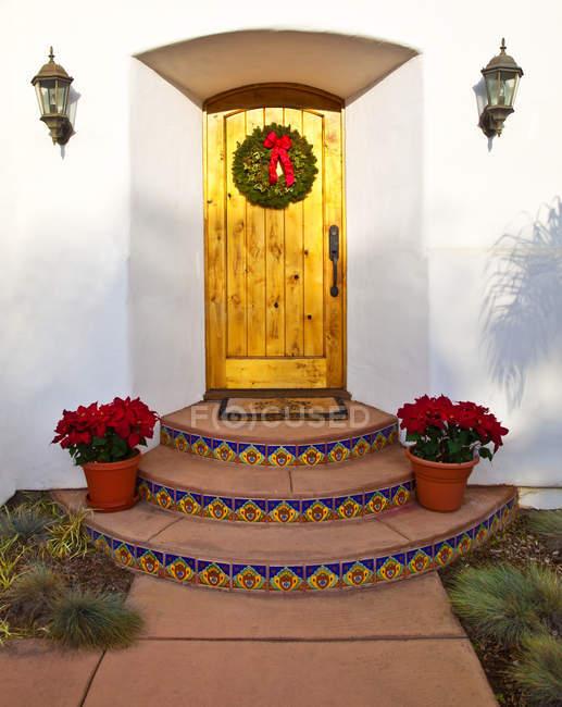 Ingresso alla casa con decorazioni natalizie, California, USA — Foto stock