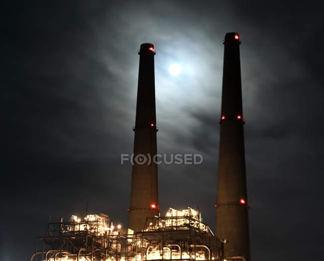 Torres de energía por la noche en California, usa - foto de stock