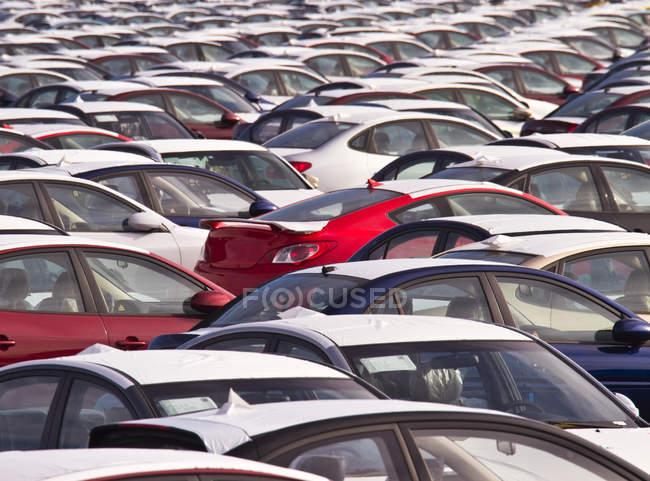 Новые машины на парковке в Портленде, Орегон, США — стоковое фото