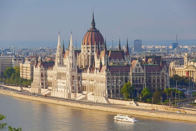 Paisagem do velho edifício do parlamento mundial na paisagem urbana de Budapeste, Hungria, Europa — Fotografia de Stock