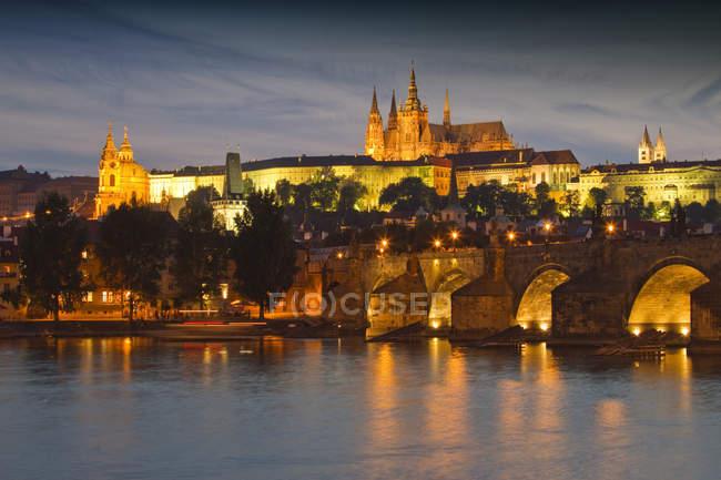 Декорація старого світового міського пейзажу Праги, що освітлюється в сутінках, Чехія, Європа — стокове фото
