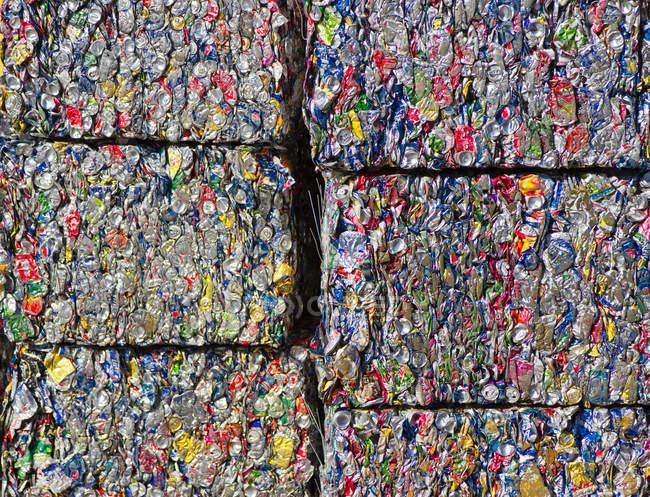 Rectangles compactés de recyclage des boîtes en aluminium — Photo de stock