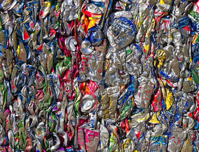 Primer plano de latas de aluminio reciclado, marco completo - foto de stock