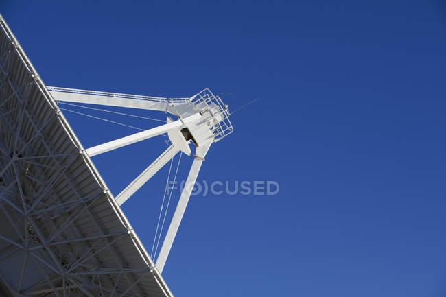 Detalle de la antena del radiotelescopio contra el cielo azul - foto de stock