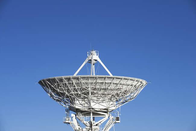 Antena de radiotelescopio contra cielo azul - foto de stock