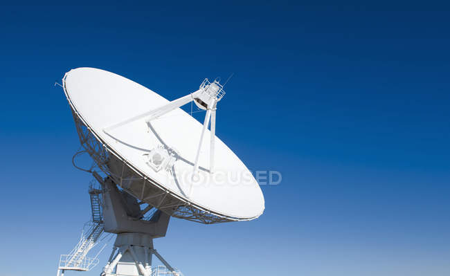 Radio telescope antenna against blue sky — Stock Photo