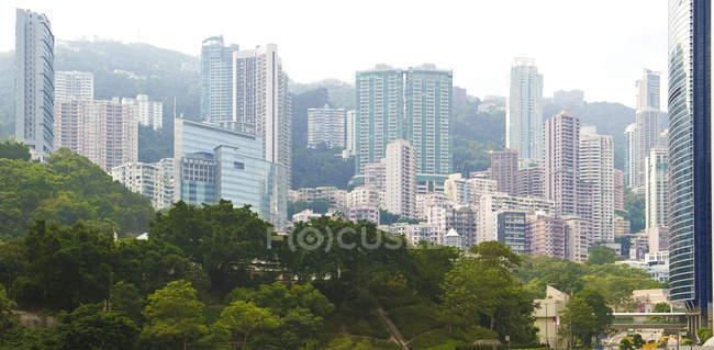 Perfil urbano con parque y centro de la ciudad, Hong Kong, China - foto de stock