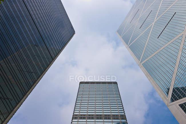 Rascacielos en el centro de Hong Kong en vista de ángulo bajo, China - foto de stock
