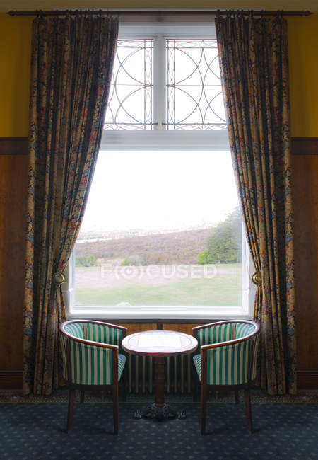 Window with table and chairs, Aviemore, Scotland, UK — Stock Photo