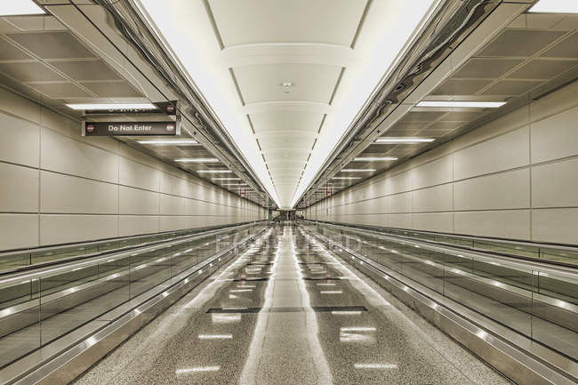 Empty airport walkway with sign and lights, Arlington, Virginia, USA — Fotografia de Stock