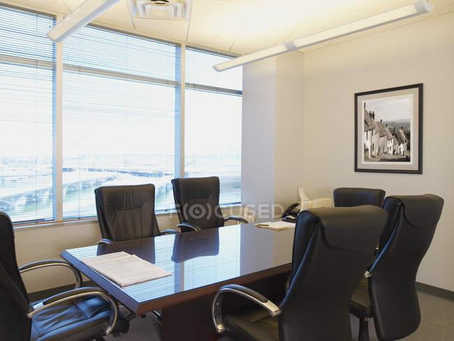 Sala de reuniones de oficina con diseño moderno y gran ventanal, Phoenix, Arizona - foto de stock