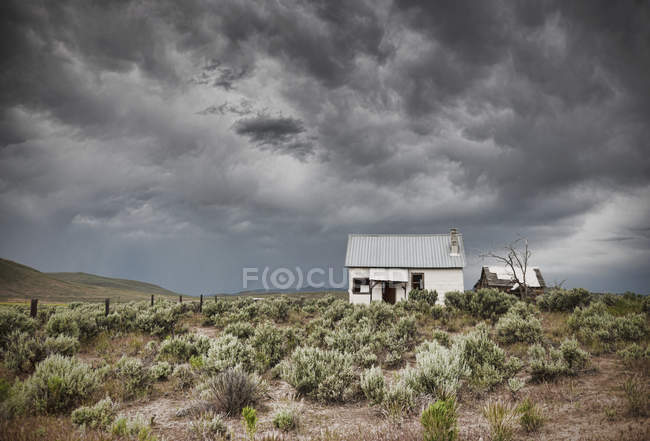 Abandoned buildings under dark sky in Arizona, USA — Stock Photo