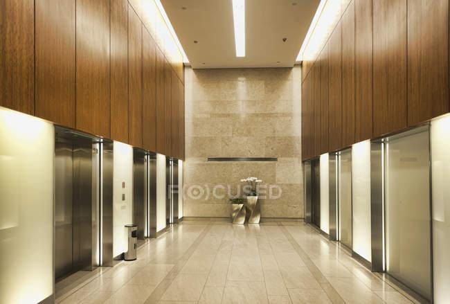 Moderni ascensori in edificio per uffici, Hong Kong, Cina — Foto stock