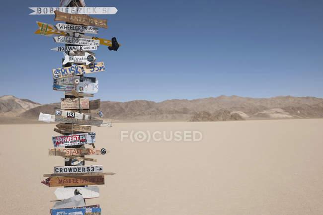 Panneau indicateur dans le désert de la vallée de la mort en Californie, États-Unis — Photo de stock